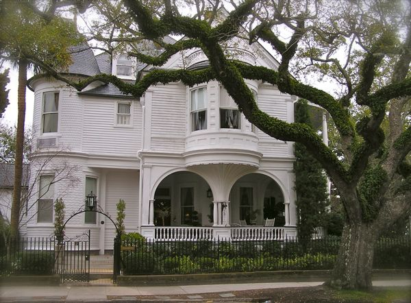 photo of a historic antebellum home in charleston, SC