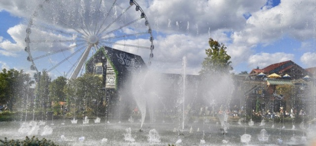 pigeon-forge-island-show-fountain